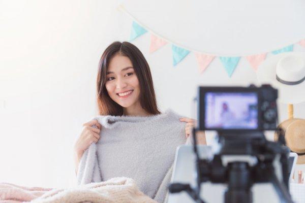 Kamu Army Sejati? Dengan 11 Rekomendasi Produk Sweater Bermotif BTS Ini, Gaya Kamu Pasti Lebih Keren dan Trendi
