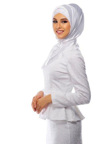 Tampil Bersih dan Elegan? Ini Dia 14 Pilihan Terbaik Baju Muslim Warna Putih untuk Kamu!