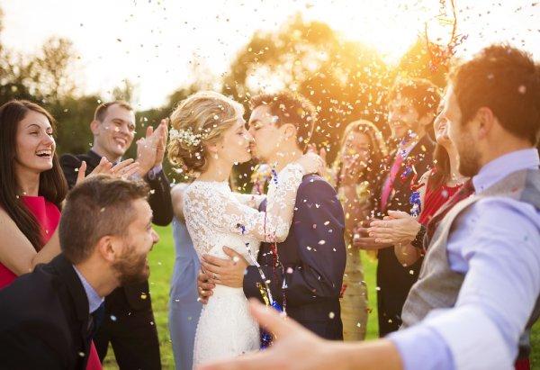 Tampil Cantik Maksimal Saat ke Pesta Pernikahan, Jangan Salah Pilih Baju. Ini 10 Rekomendasi Baju Pesta yang Pas untuk Anda