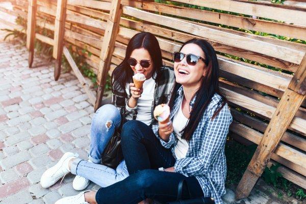 Tampil Seragam dengan 11 Rekomendasi Barang Couple Ini agar Kamu Makin Dekat dengan Sahabatmu