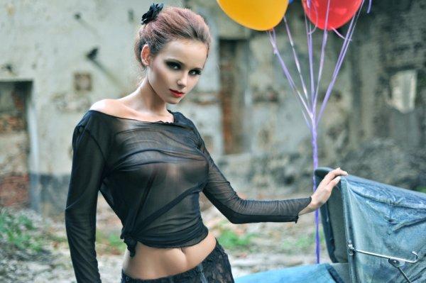 10 Artis Top Indonesia Ini Pernah Kenakan Gaun Seksi Keren Lho!