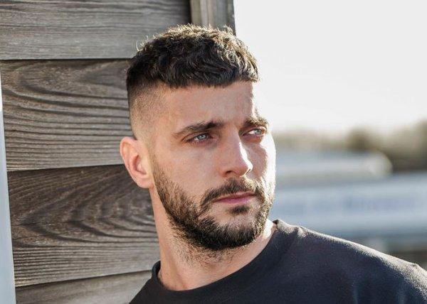 शानदार दिखने के लिए छोटे बालों वाले पुरुषों के लिए 10 अद्भुत और ट्रेंडिंग हेयर स्टाइल। 3 पुरुषो के बालो की स्टाइलिंग के लिए उत्पाद (2020)