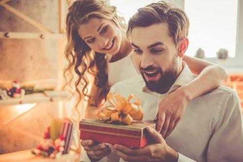 ज्ञानी या गीक पति के लिए १० उत्तम गिफ्ट आईडिया, क्योंकि उनका दिमाग जरा हटके चलता है और साधारण उपहार से कहाँ उनका ध्यान बटेगा। साथ में, गीक आदमी का ध्यान आप पर रखने के टिप्स