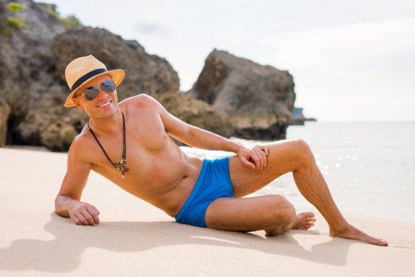 Bikin Liburan di Pantai Semakin Ceria dengan 9 Rekomendasi Celana Hawai yang Jadi Tren Tahun 2018 untuk Pria dan Wanita