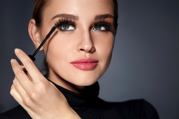Mesmerise Everyone with Your Deep and Ravishing Eyes. Your Complete Guide to the Best Curling Mascara and How to Apply It. (2020)