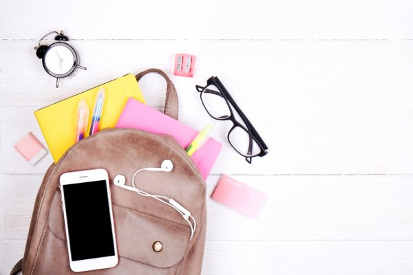10 Rekomendasi Barang Esensial yang Harus Ada di Tas Kamu Saat Traveling