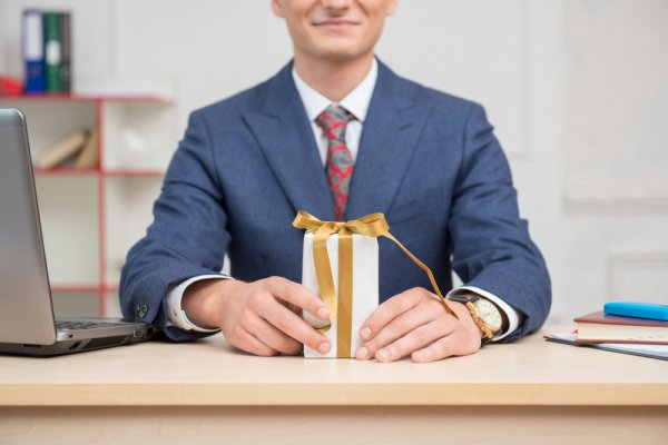 Make the Right Impression on Colleagues in 2019 with These 10 Best Corporate Gifts in Bangalore. Even Corporate Gifts Can Make Their Day!