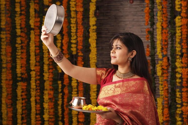 The Most Unexpected Gifts Often Bring the Most Joy: Surprise Your Wife This Karwa Chauth with These 10 Thoughtful Gifts (2019)