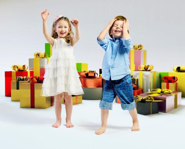 बच्चों को कुछ भी गिफ्ट व्रैप किया हुवा बहुत पसंद होता है और उसकी मुस्कान जो उपहार पाकर आती है वो अमूल्य है! सभी आयु वर्ग के बच्चों के लिए 10 बहुत विचारशील द उपहार विचार (2019)