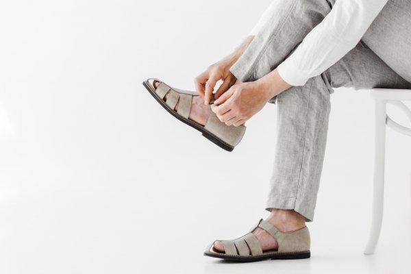 10 Rekomendasi Sepatu Sandal Pria Ini akan Bikin Kamu Makin Keren (2020)