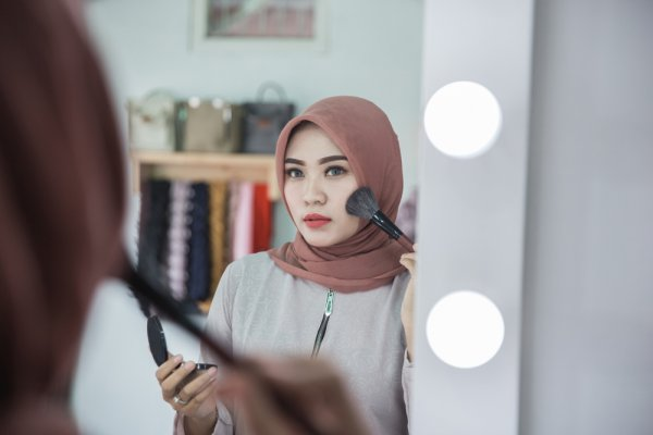 Cantik dengan Makeup Hijab dan 5 Rekomendasi Tutorial Makeup Hijab dari para Beauty Vlogger yang Bisa Jadi Inspirasi (2018)