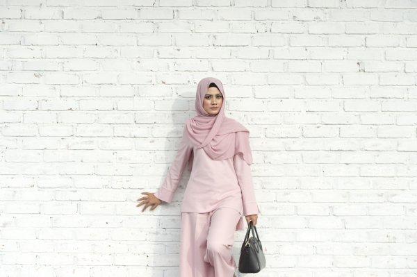 Tetap Modis dan Menutup Aurat dengan 10 Rekomendasi Atasan Hijab Terbaik