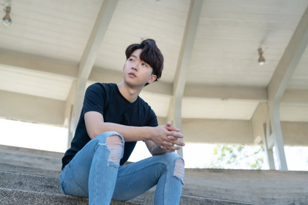 Ingin Fashion Seperti Aktor Idola Korea? Ini Rekomendasi Kaos K-Pop (2020)
