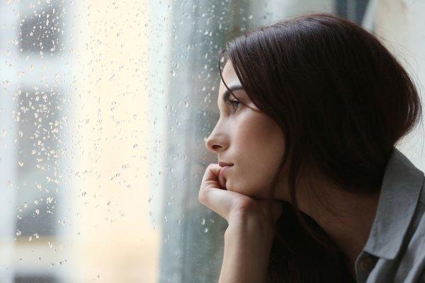 Hadapi Kesedihan dengan 7 Tips Atasi Duka Usai Ditinggal Orang Terdekat