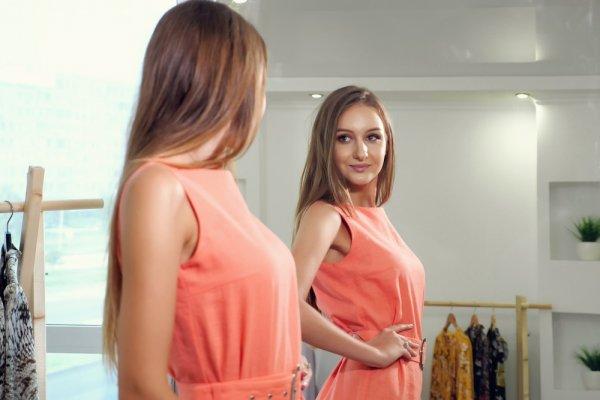 Pancarkan Kesan Feminin Lewat 8 Busana Warna Peach Ini, Cantik dan Elegan di Segala Suasana