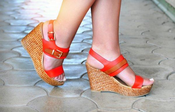 Yuk, Coba Bergaya dengan 5 Model Sandal Talincang yang Sedang Hits!