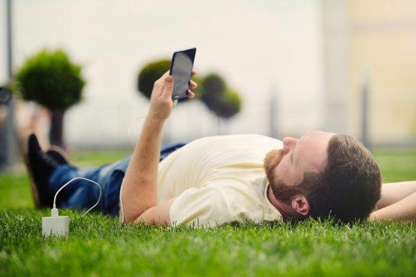 हाथ में नवीनतम स्मार्टफोन पर बैटरी ख़त्म? दुनिया का सबसे अच्छा स्मार्टफोन भी बिजली पर निर्भर है, इसलिए आज ही पोर्टेबल चार्जर ले आइये: लैपटॉप और स्मार्टफोन के लिए २०२० के सबसे उत्तम पोर्टेबल चार्जर
