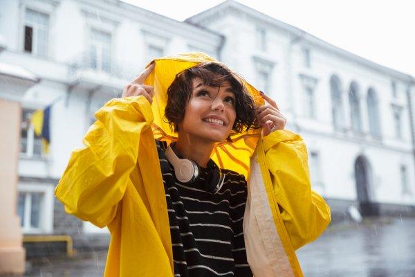 Kenali Bahan Jas Hujan dan 8 Rekomendasinya yang Bisa Jadi Pilihan Menarik Saat Musim Hujan 2020!