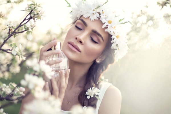 Keharuman 10 Parfum Wanita Terlaris yang Memancarkan Aura Positif Pemakainya