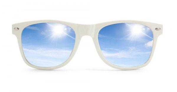 Makin Gaul dan Santai dengan 10 Rekomendasi Kacamata Putih Ala Artis  Hollywood 7f23be3765