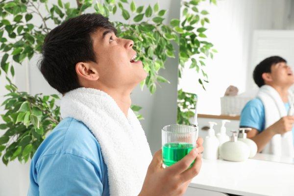10 Rekomendasi Obat Kumur yang Tepat untuk Menghilangkan Bau Mulut dan Masalah Mulut Lainnya (2020)
