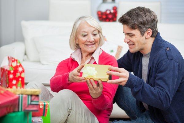 Sayangi Ibu Mertua dengan Memberikan Salah Satu dari 9 Rekomendasi Hadiah Natal Ini