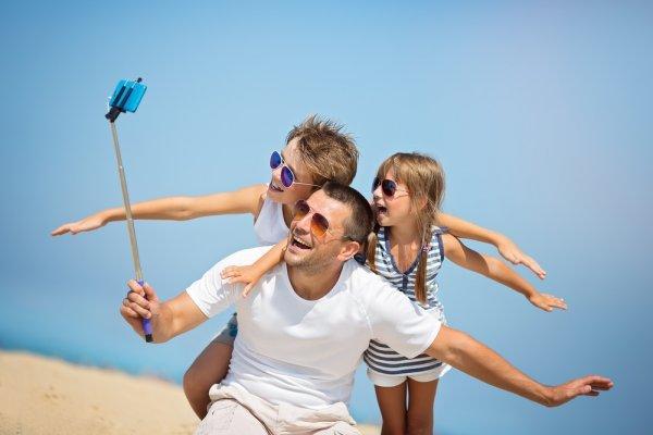 Kamu Penggila Selfie? 10 Rekomendasi Tongsis Ini Bisa Bikin Hasil Selfie Makin Keren!