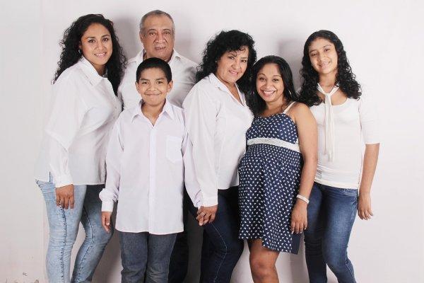 Tampil Kompak dan Serasi dengan 9 Rekomendasi Baju Sarimbit untuk Keluarga (2019)