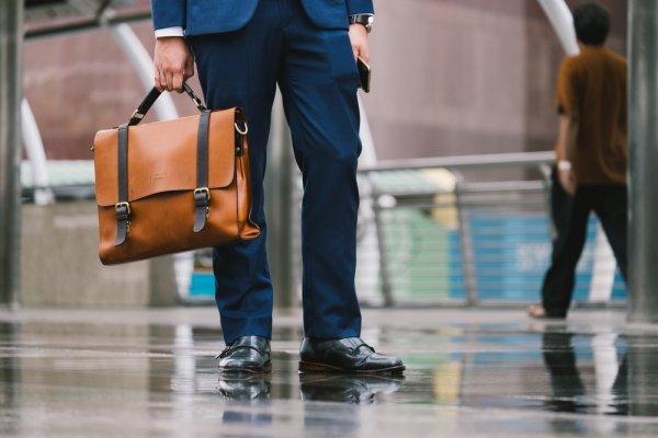 Gaya Elit Sosialita Dengan 10 Koleksi Tas Pria Branded Original Plus Tips Mengenali Keasliannya