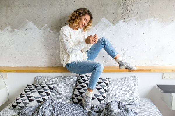 Dapatkan Tampilan yang Cerah dengan 10 Pilihan Sweater Putih yang Comfy dan Cocok Dikenakan di Segala Musim