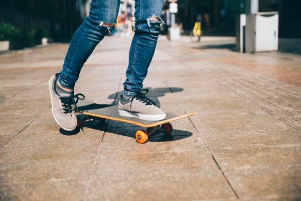 Kamu Bisa Banget Tampil Seperti Idol KPop dengan 7 Rekomendasi Sneakers Korea Pilihan Ini