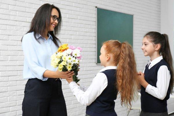 Ungkapkan Rasa Terima Kasih pada Guru dengan 10 Rekomendasi Kado Guru Berikut (2021)