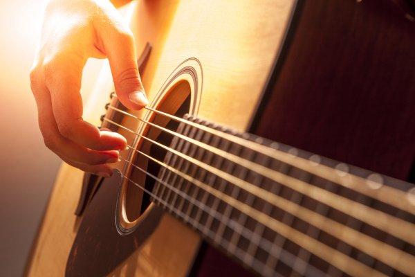 9 Rekomendasi Gitar Akustik Terbaik Beserta Tips untuk Memilihnya
