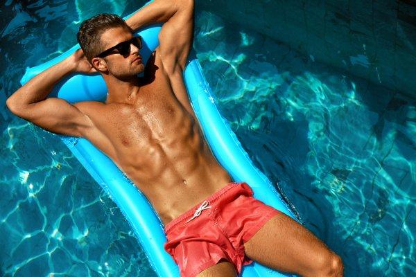 4 Tips Memilih Baju Renang Laki-laki dan 4 Rekomendasi Merek Baju Renang yang Aman dan Nyaman Dikenakan