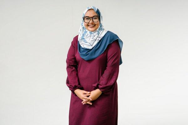 10 Rekomendasi Fashion Hijab untuk Wanita Gemuk yang Bikin Tubuh Tampak Lebih Ramping (2021)