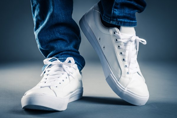 Tampil Makin Gaya Dengan 10 Sepatu Kets Terbaru yang Lagi Trend 79d3a6d229