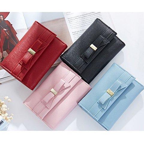 eac29c6121c3 可愛いリボンモチーフの三つ折り財布は、いつでも女性に人気です。フェミニンなデザインが好きな方にプレゼントすれば、長く愛用してもらえます。