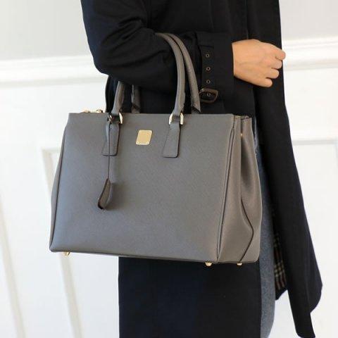 d80e6077469afe レディースビジネスバッグには、おしゃれなデザインのものが数多く展開されています。そのなかからここでは、A4サイズの書類が入るビジネスバッグ をご紹介します。