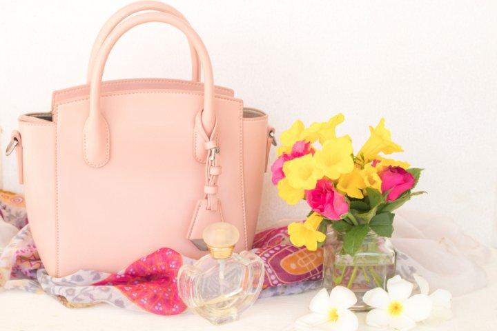 f08e25288e4c2 40代女性へレディースバッグをプレゼントするなら、トレンドを重視するよりも、大人の女性にふさわしい定番デザインが適しています。そのうえで、高級感に溢れたものを  ...