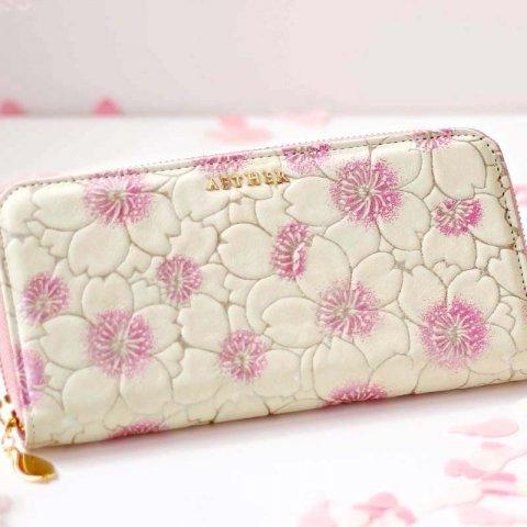 79d1a034695f おしゃれな本革のラウンドファスナーの長財布は、女性らしいデザインとして人気を集めています。注目のブランドからプレゼントにおすすめ商品をセレクトしています  ...