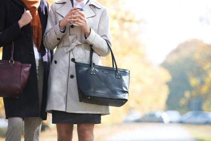 686638fdd025 通勤用バッグの選び方のポイントは、贈る女性の勤務体系に合わせたバッグを選ぶという事です。また、通勤用のバッグは、スーツや仕事着との相性も大切です。