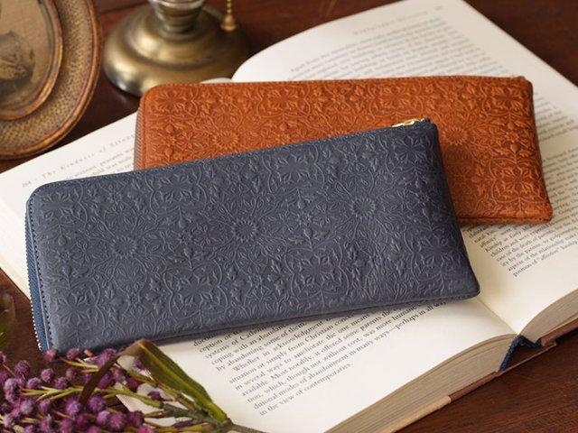 f6c4ce30b138 ラウンドファスナーなど、ファスナー開閉式のレディース長財布は、中身を落とさずに持ち運べるのが魅力。 急いでいるときにも使いやすいことから、アクティブな 女子 ...