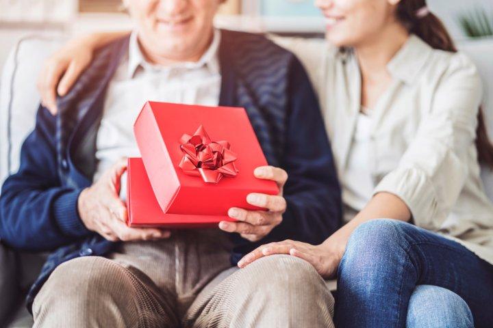 おじいちゃんへのプレゼント 人気ランキング18選!健康グッズや家電などおすすめのギフトを紹介!