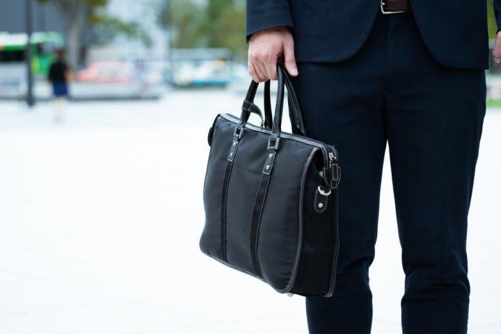 bac859aae1 メンズビジネスバッグは、仕事の効率や相手に与える印象を左右する大事なアイテムです。 妥協せず必要な機能や使いやすさを考慮して選ぶことで、新社会人の快適な  ...