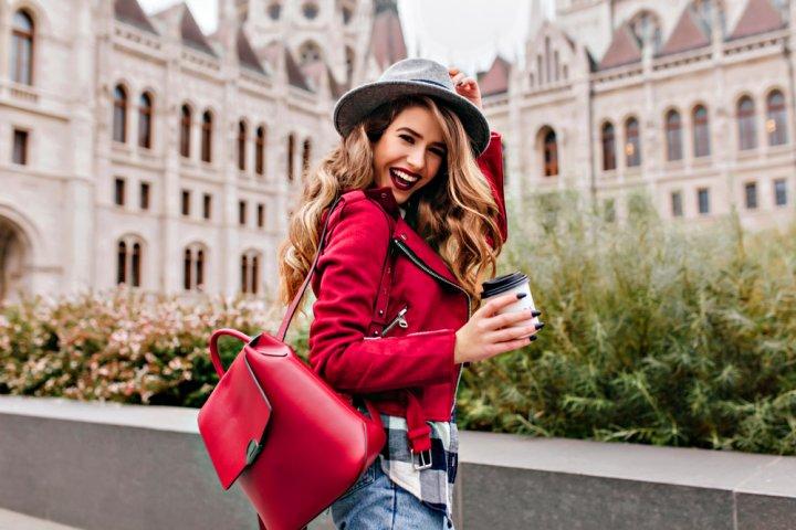 cd6de71c6f875 成人を迎えた20代女性にとって、レディースバッグはおしゃれを楽しめるだけでなく、周囲に好印象を与えるアイテムにもなります。 デザインひとつで雰囲気が大きく  ...
