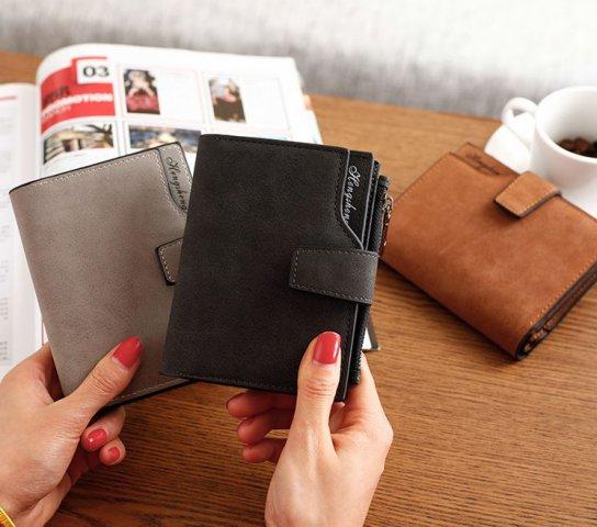 e4d1d943266c ここでは、二つ折り財布を扱うブランドの中でも特に女子大学生に人気の定番ブランドをご紹介します。  かわいさだけでなく、使いやすさや年を重ねても持てるデザインを ...