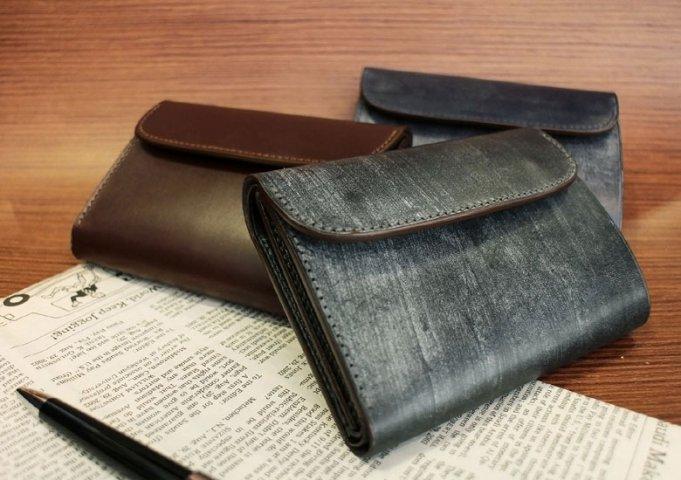 46744d749ea9 そこで人気の本革三つ折り財布から、どんな方にも自信を持って贈れるアイテムを3点ご紹介します。