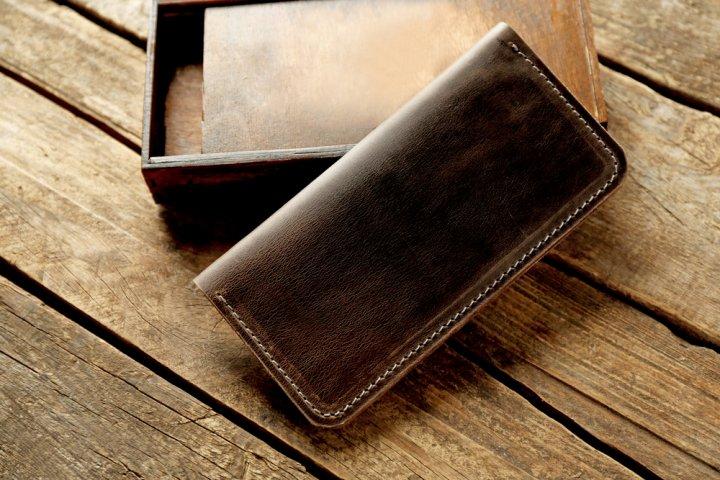 ac1fe26c53db ここからは、人気ブランドの中からベストプレゼント編集部がじっくり選んだ、メンズ財布のブランドランキングTOP5をご紹介します。