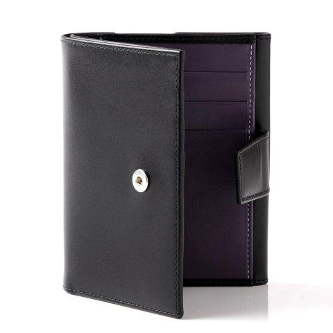 6da121931422 ボトムのポケットに財布を入れる男性には二つ折財布は小ぶりで人気です。それぞれの人気の理由どんな人におすすめかをご紹介します。 エッティンガー