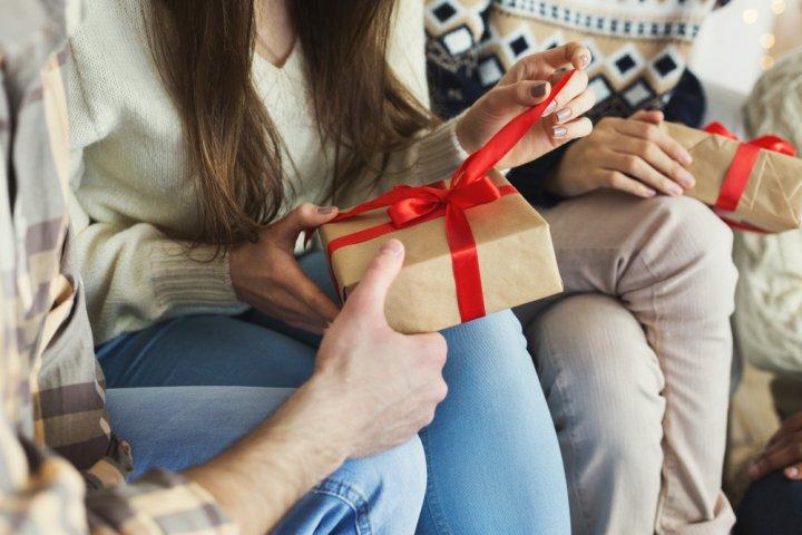 プレゼント交換におすすめのギフト 人気ランキング18選!1000円〜2000円前後のクリスマスパーティー用、子供用ギフトも必見!